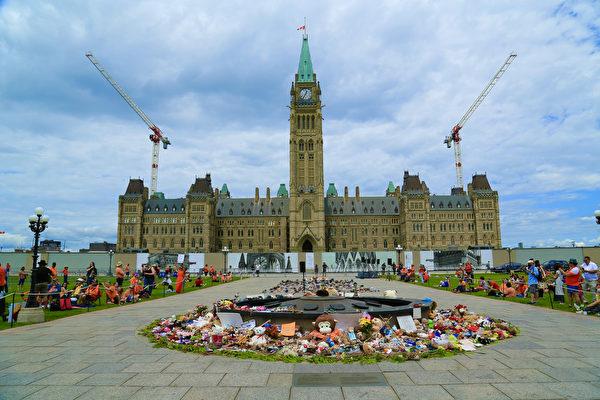 人們在國會山火炬周圍放上鮮花、玩具,紀念遇難的兒童。(任僑生/大紀元)