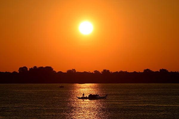 美國國務院部份資助的「湄公河大壩監測」(Mekong Dam Monitor)網站於美國時間周二(12月15日)正式啟用。圖為湄公河流經柬埔寨金邊的情況。(TANG CHHIN SOTHY/AFP via Getty Images)