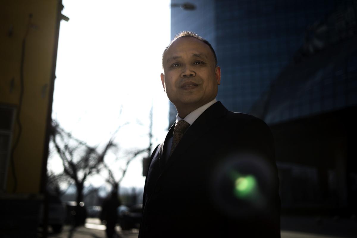 6月17日,被中共當局非法羈押900多天的中國維權律師余文生,被中共當局以「煽動顛覆國家政權罪」秘密非法判刑4年,剝奪政治權利3年。(Fred Dufour/AFP/Getty Images)