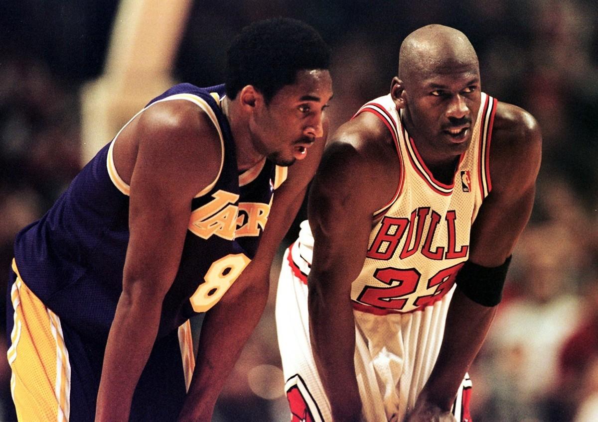 洛杉磯湖人隊後衛科比·布萊恩特(Kobe Bryant,左)和芝加哥公牛隊後衛喬丹1997年12月17日在芝加哥聯合中心舉辦的比賽中。(VINCENT LAFORET/AFP)
