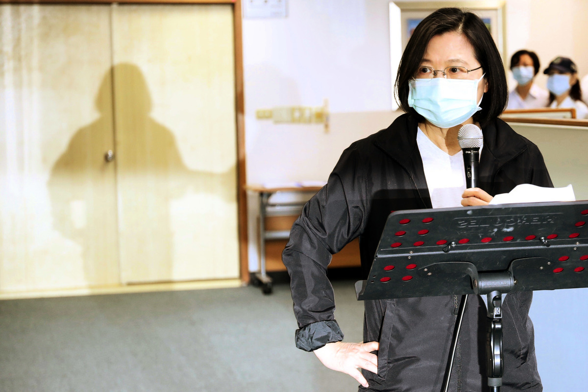 民進黨主席蔡英文5月27日在民進黨中央黨部出席中執會時表示,她與行政院長蘇貞昌討論達成共識,由行政院組一個專案,對香港的朋友提出一個人道救援的行動方案,並由陸委會負責規劃。(中央社)