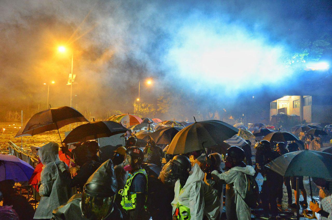 圖為11月17日晚,香港理大硝煙瀰漫,數百人被港警包圍。(宋碧龍/大紀元)