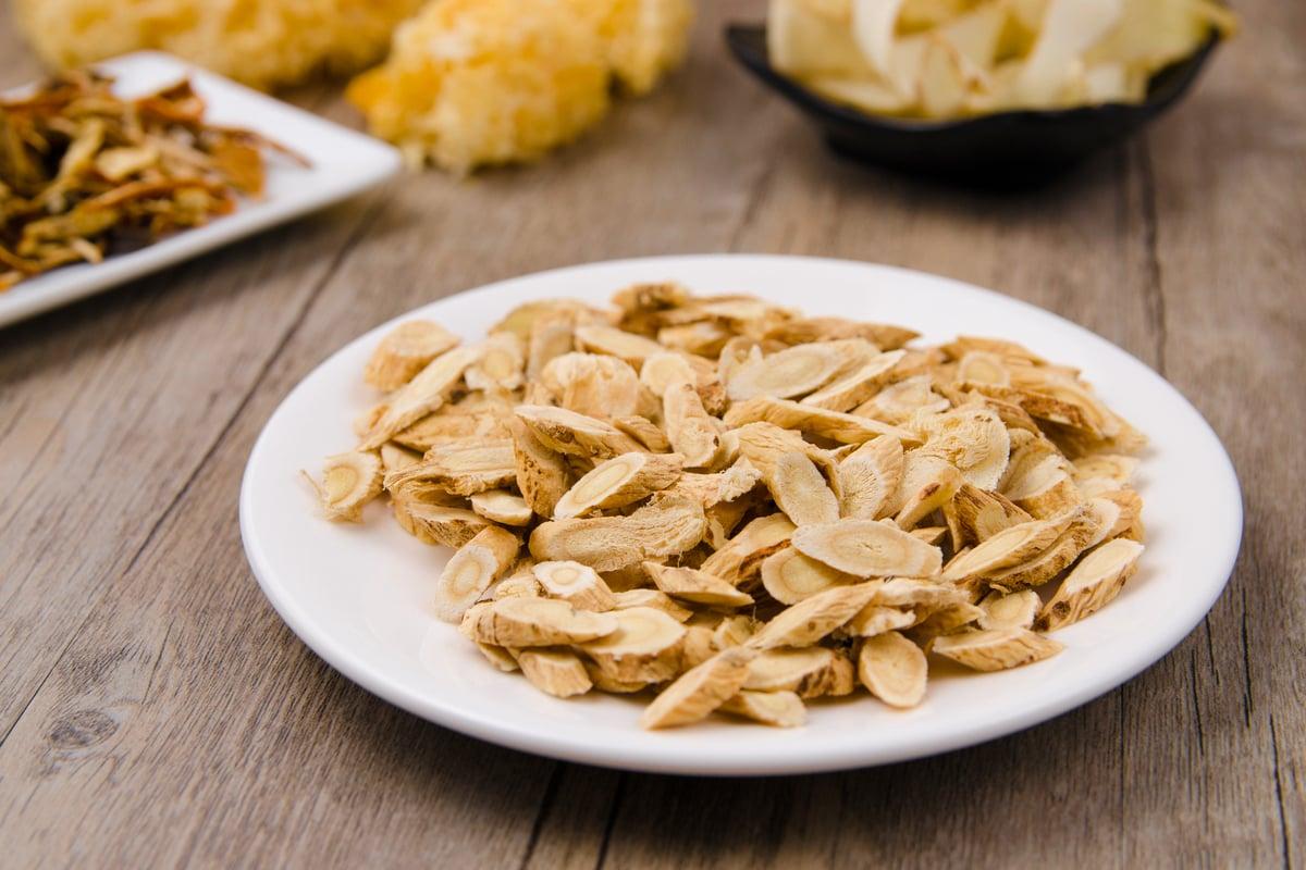 黃耆是補藥之長,又有平民之風(價格便宜),為藥食同源之品。(Shutterstock)