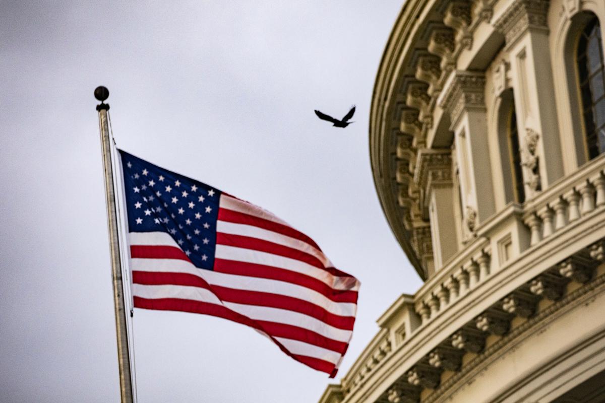 圖為國會大樓前,美國國旗飄揚,拍攝於2019年10月30日。(Samuel Corum/Getty Images)