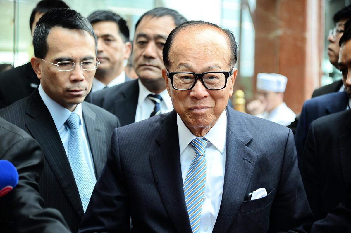 李嘉誠日前出席慈山寺活動時,表達對當前香港局勢的建言。他說:「希望年輕人能體諒大局,執政者能為未來的主人翁網開一面。」一句「網開一面」招來中共的刀把子和筆桿子雙管齊下對李開火。(宋祥龍/大紀元)
