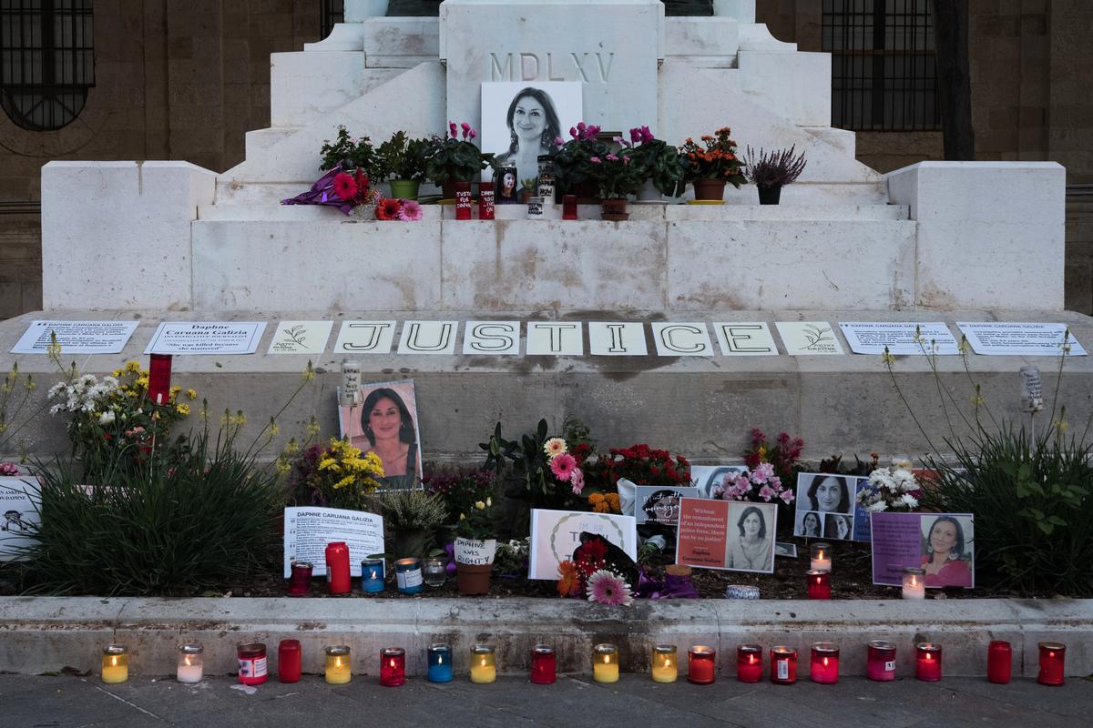 2020年10月16日,在馬耳他首都瓦萊塔,鮮花、照片和標語放在被暗殺記者達芙妮·卡魯阿納·加利齊亞的紀念碑前。(Joanna Demarco/Getty Images)