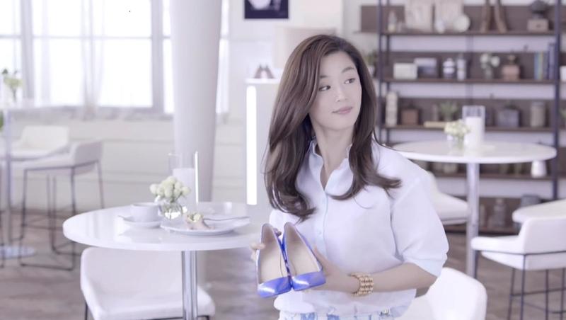 曾被稱為「中國鞋王」之一的達芙妮女鞋品牌,8月25日晚發公告宣佈徹底退出實體零售業務。圖為南韓影星全智賢為達芙妮做代言的廣告。(達芙妮提供)