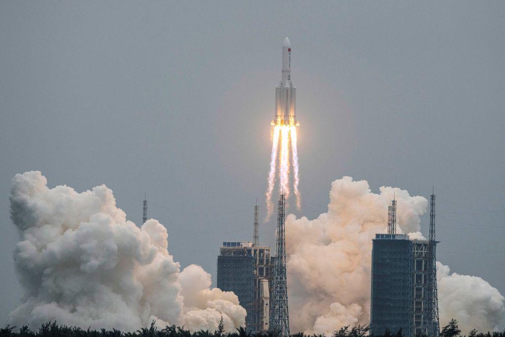 長征5B號火箭將在5月8日晚些時候至5月9日早些時候穿過大氣層,墜落地球。(STR/AFP via Getty Images)