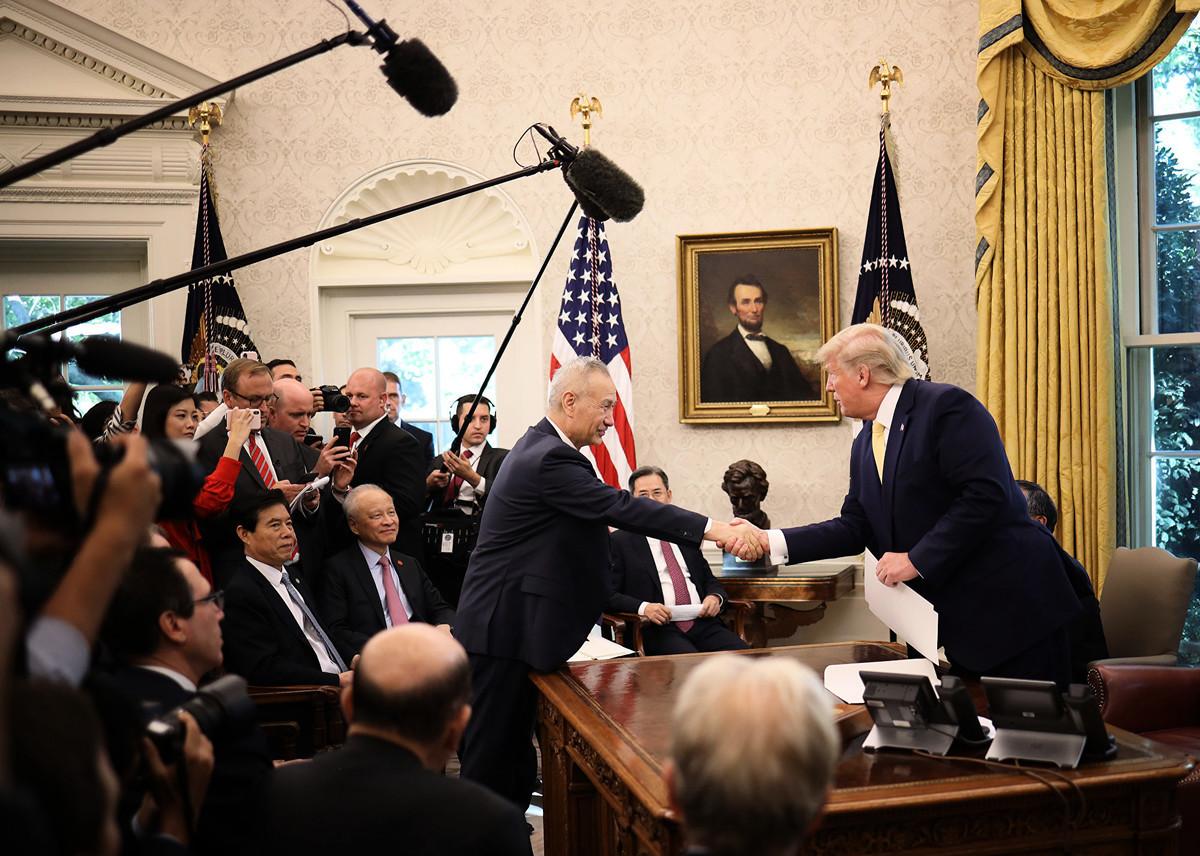 10月11日,特朗普接見中美貿易代表。圖為特朗普與劉鶴握手。(Win McNamee/Getty Images)