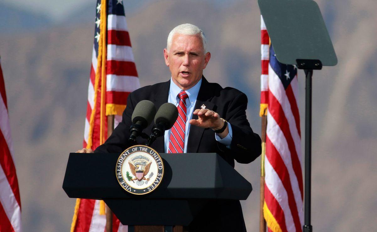圖為2020年10月8日,美國內華達州博爾德城(Boulder City),副總統彭斯在競選集會上發表講話。(RONDA CHURCHILL/AFP via Getty Images)