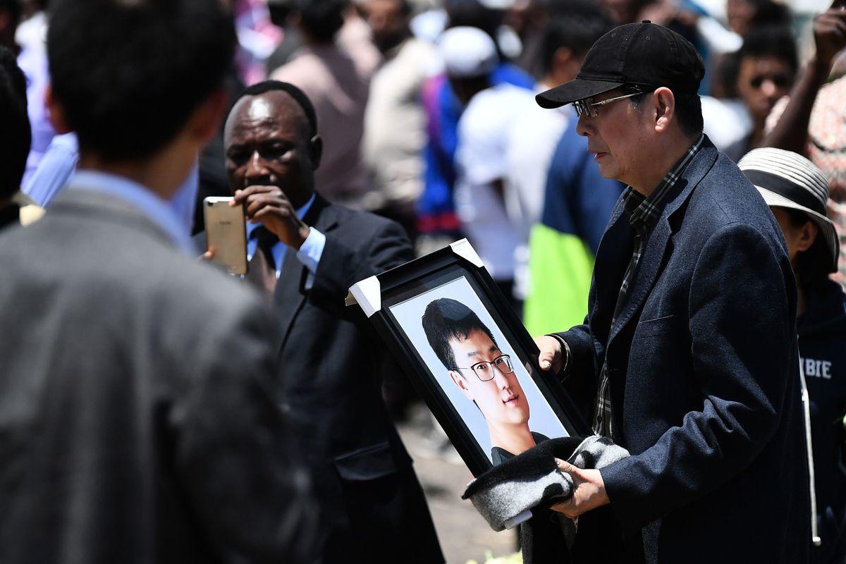 2019年3月10日埃塞俄比亞航空公司的302航班失事,造成157人遇難,其中包括8名中國人。圖為3月13日遇難華人家屬前往出事地點,弔念親人。(TONY KARUMBA/AFP/Getty Images)