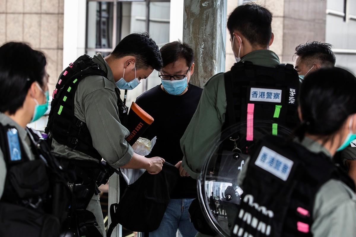 5月27日,防暴警察一早就在立法會一帶嚴密佈防,還在立法會外的天橋進行攔截搜查。(ISAAC LAWRENCE/AFP via Getty Images)