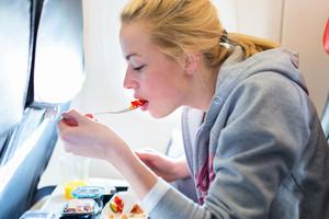 中共肺炎疫情改變生活 現在坐飛機這樣點餐