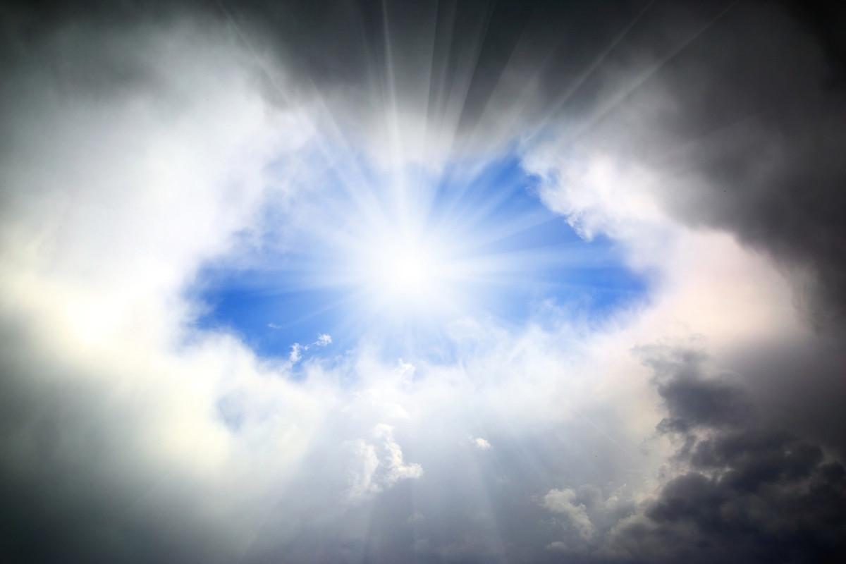 以色列拉比凱辛表示,中共肺炎的爆發是神在審判全世界,並清除邪惡。圖為穿越雲層的陽光。(Fotolia)