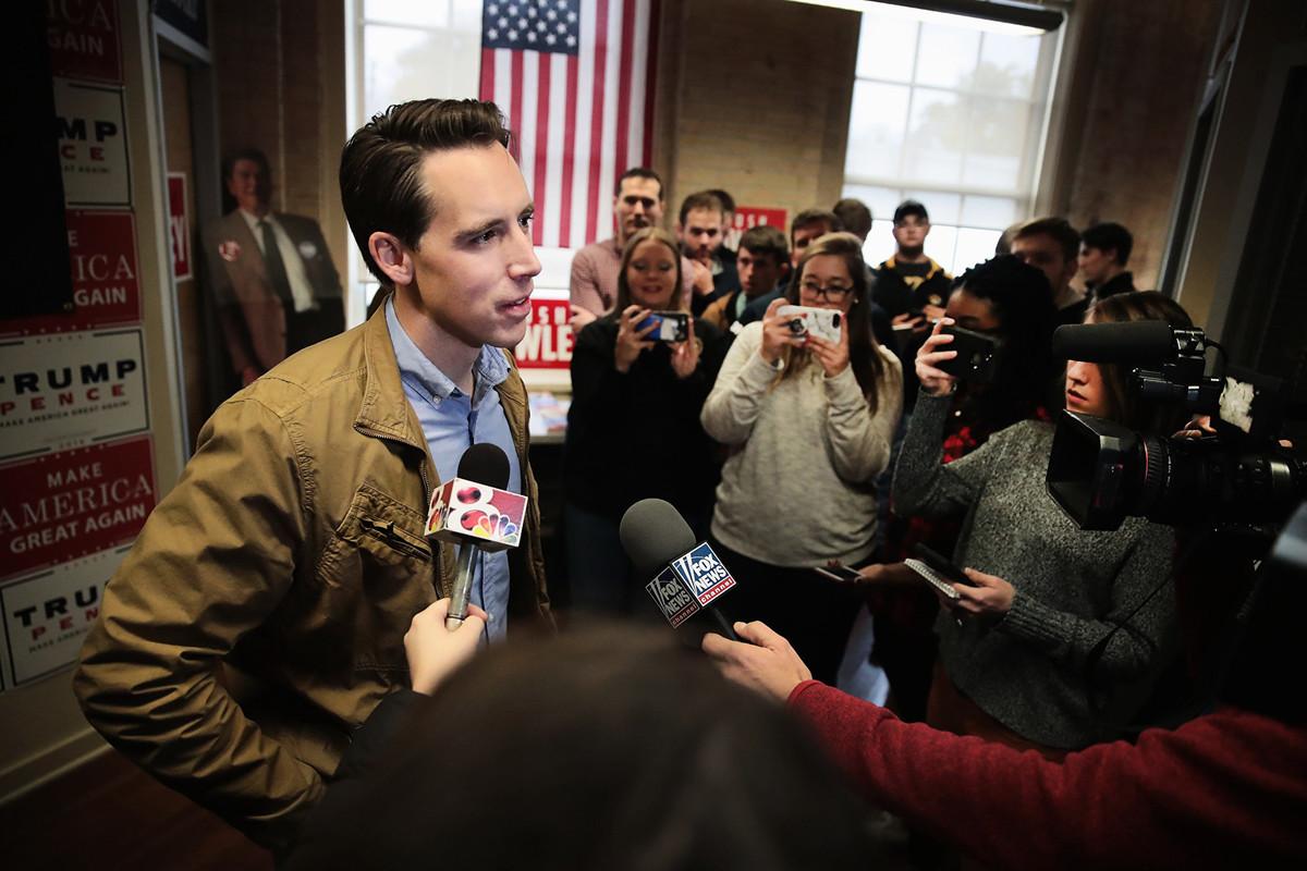 圖為美國參議院犯罪和恐怖主義問題小組委員會主席、參議員霍利(Josh Hawley)。(Scott Olson/Getty Images)