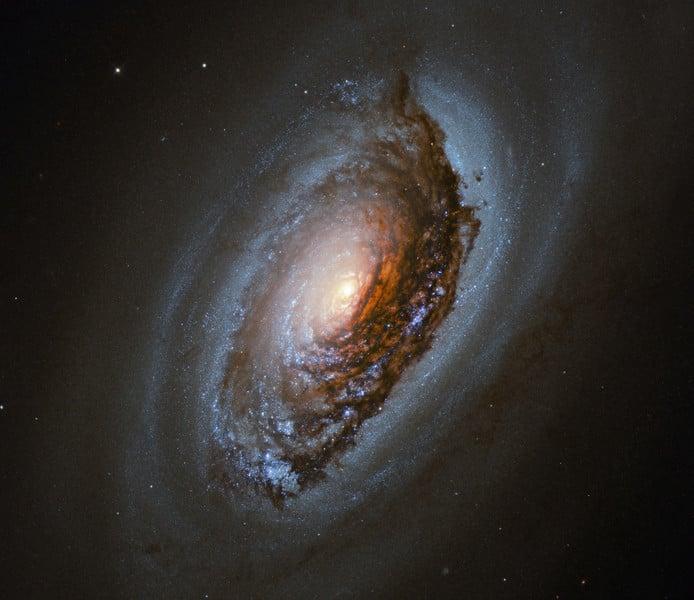 內外塵埃環交錯旋轉 「黑眼」星系深邃而神秘
