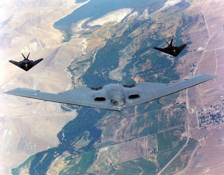 美國B-2隱形轟炸機(圖:中)。( USAF/Getty Images)