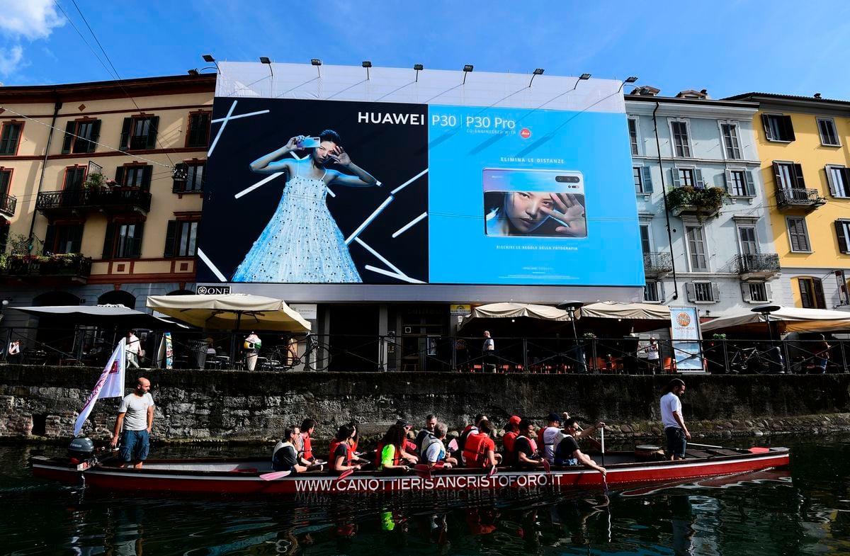 圖為位於意大利米蘭的一處華為廣告牌。(MIGUEL MEDINA/AFP/Getty Images)
