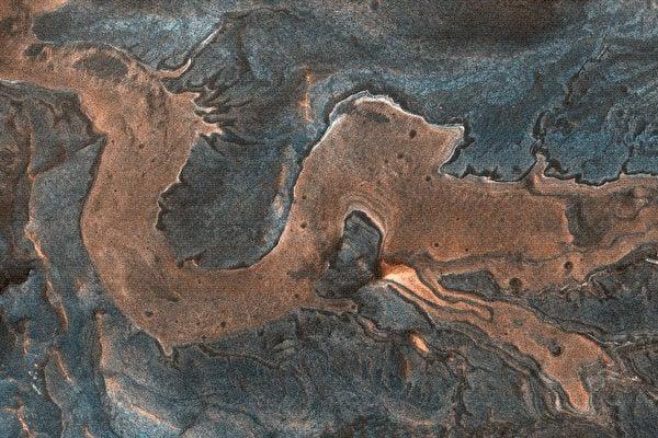 美國科學家藉由HiRISE在火星地表拍到一條「龍」的圖片。(NASA/JPL/UArizona)