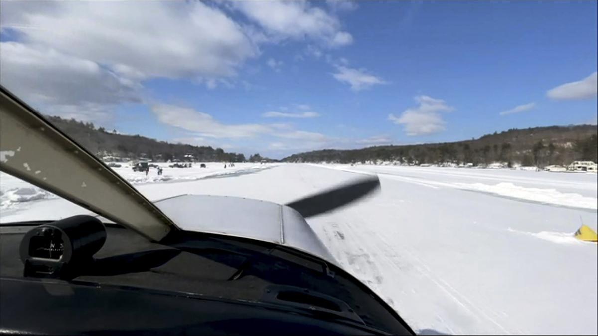 美國新罕布什爾州溫尼珀索基湖上的奧爾頓灣(Alton Bay)一處約792米長的地帶,因湖面結冰厚度已達至少30厘米,從2月初開始開放給民眾使用。(JOSEPH PREZIOSO/AFP via Getty Images)