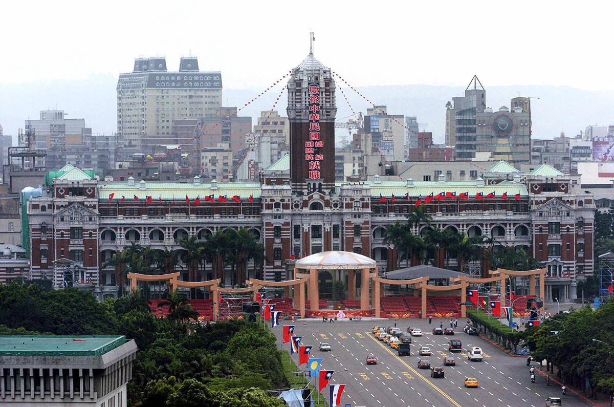前美國國務院資深顧問惠頓(Christian Whiton)撰文說,台灣是美國對抗中共的資產,而非負債。圖為2004年5月18日,中華民國總統府前一景。 (SAM YEH/AFP/Getty Images)