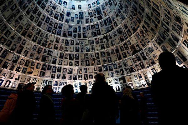 2019年1月27日,人們參觀耶路撒冷的猶太大屠殺紀念館,紀念第二次世界大戰期間被德國納粹殺害的六百萬猶太人。(MENAHEM KAHANA/AFP/Getty Images)