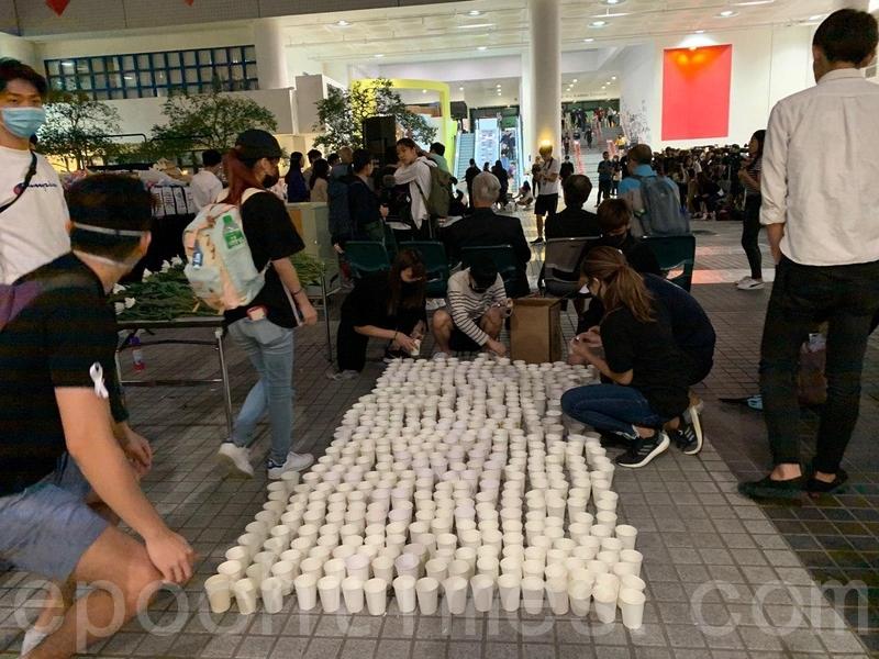2019年11月8日,香港科大學生設立悼念周梓樂的祭壇。科大學生準備燭光悼念。(韓納/大紀元)