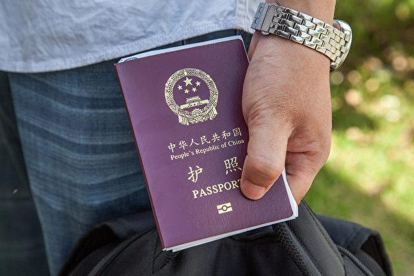 有報道說,中共對公民因私出國的管控範圍正在擴大,越來越多人被強制要求交出護照。(Photo by Omar Havana/Getty Images)
