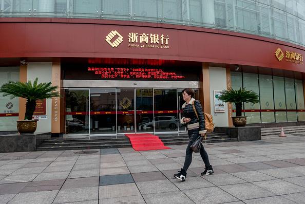 目前,中國浙商、浦發、招商、中信等多家銀行支援理財產品線上轉讓。投資者可指定「下家」定向轉讓,也可利用銀行線上平台「撮合」找到「下家」。(Getty Image)