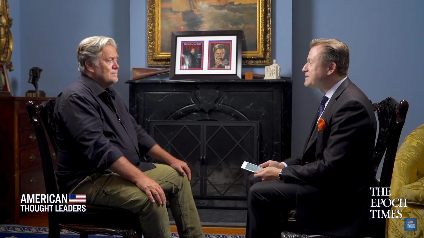 英文版《大紀元時報》的記者揚·傑基萊克(Jan Jekielek)(右)在2019年8月採訪了前白宮首席策略師、前布萊巴特新聞(Breitbart News)執行主席班農(Steve Bannon)(左),並討論了華為公司等問題。(採訪影片截圖)