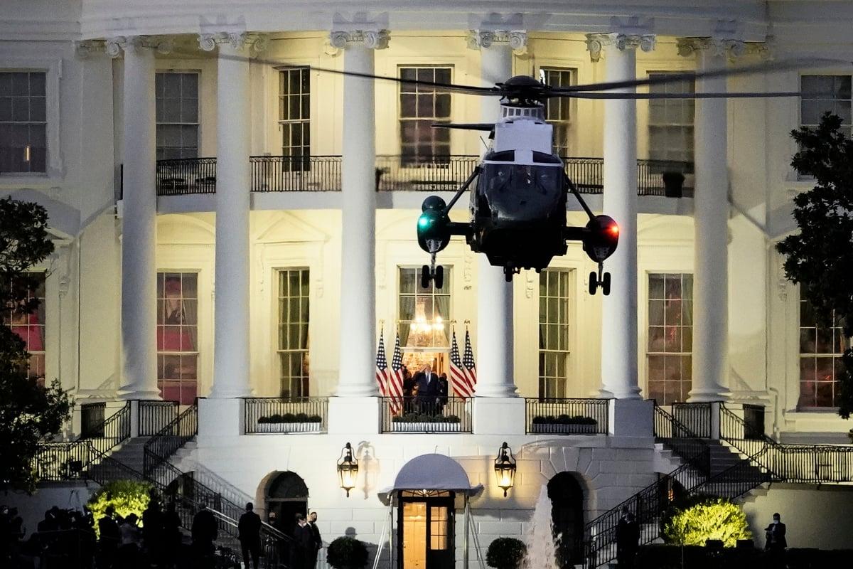 10月5日,美國總統特朗普離開醫院、回到白宮,中共黨媒新華社的報道中,僅使用了圖示中類似的遠景圖片,沒有展示特朗普的特寫鏡頭。(Drew Angerer/Getty Images)