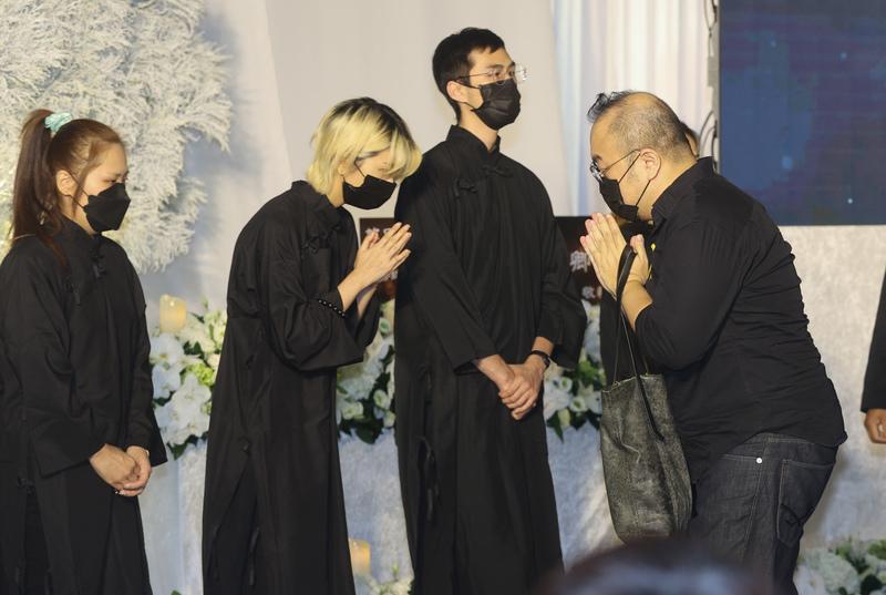 金鐘視帝龍劭華14日過世,享壽68歲,追思告別式22日在台北市第一殯儀館舉行,導演葉天倫(右)到場致哀。(中央社)