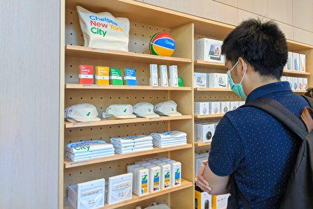 Google Store實體零售店陳設內許多Google品牌的生活用品,包括手提袋、籃球、筆記本和鉛筆、帽子、襯衫等。(黃小堂/大紀元)