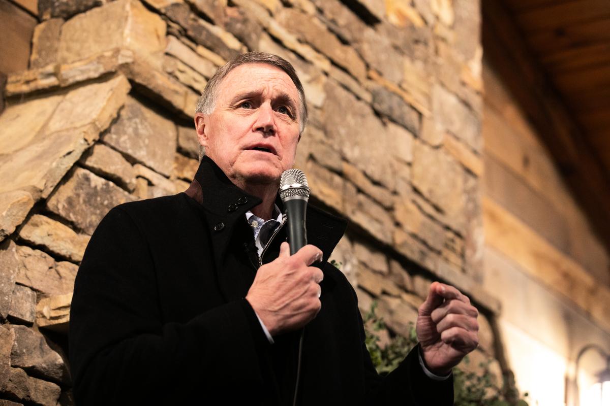 2020年12月20日,佐州共和黨參議員候選人大衛.珀杜(David Perdue)在佐治亞州康明市對群眾講話。 (Jessica McGowan/Getty Images)