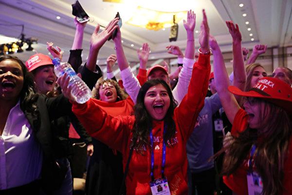 2021年2月28日下午,美國保守派聯盟大會(CPAC),特朗普到場演講,保守派人士情緒高漲。(Joe Raedle/Getty Images)