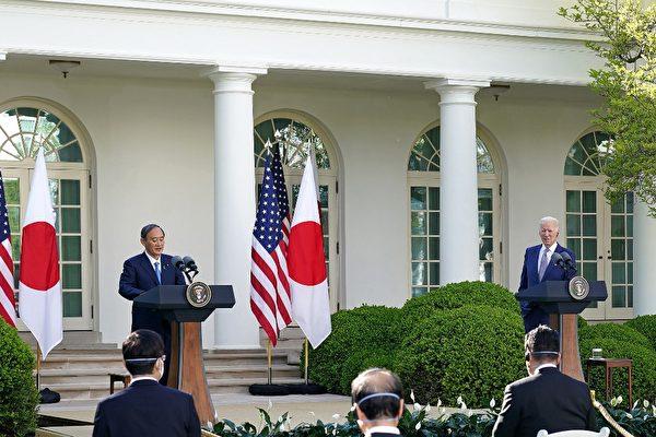 美國總統拜登(Joe Biden)4月16日在白宮與到訪的日本首相菅義偉舉行峰會,兩國領袖重申美日同盟,以及共同應對中共挑戰,關注台海穩定,同時加強因應氣候變遷及5G通訊方面等領域合作。圖為美日聯合記者會現場。(MANDEL NGAN / AFP)