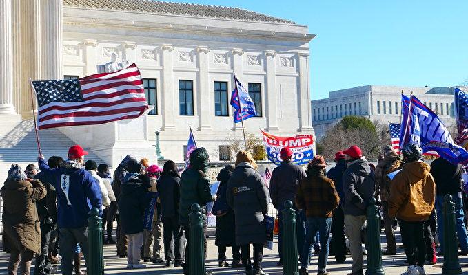 12月8日,一些美國民眾在聯邦最高法院前舉行集會,呼籲最高法院受理和裁決賓夕凡尼亞州選舉訴訟案、(李辰/大紀元)
