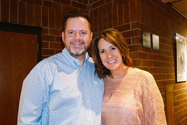 2021年7月31日晚間,美國私立代斯普林基督教學院(Dayspring Christian Academy)執行董事Weston Kurz與妻子Kristin Kurz觀看了神韻演出。(李辰/大紀元)