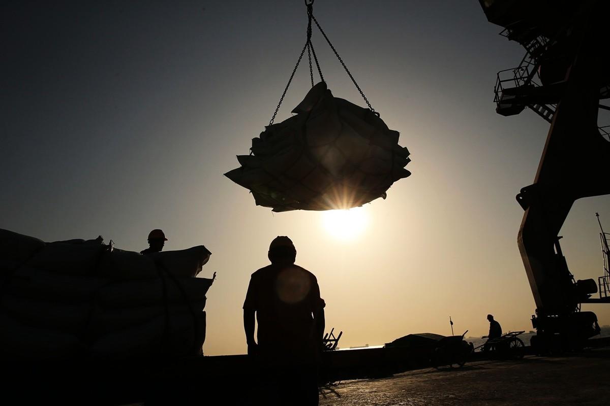 儘管中國聲稱,將進一步開放中國經濟,但真實性令人質疑。圖為江蘇省南通的一個港口正在運送大豆。(AFP/Getty Images)