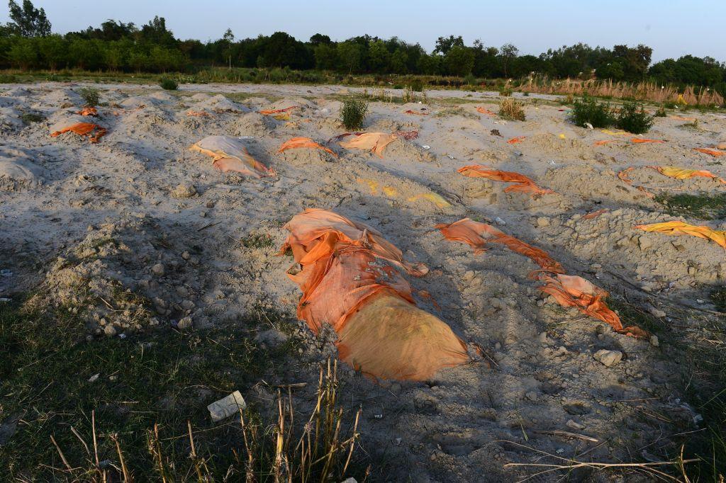 2021年5月13日,印度恆河岸堤上,出現疑似疫情死亡的屍體,被草草掩埋。(SANJAY KANOJIA/AFP via Getty Images)