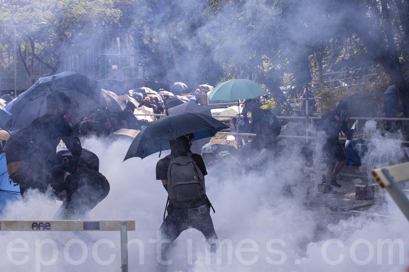 香港新民調顯示,多數港人認為,港府和港警應該對街頭抗議暴力升級擔負責任。(余鋼/大紀元)