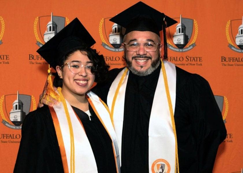 相互支持 美41歲父親和女兒一同大學畢業