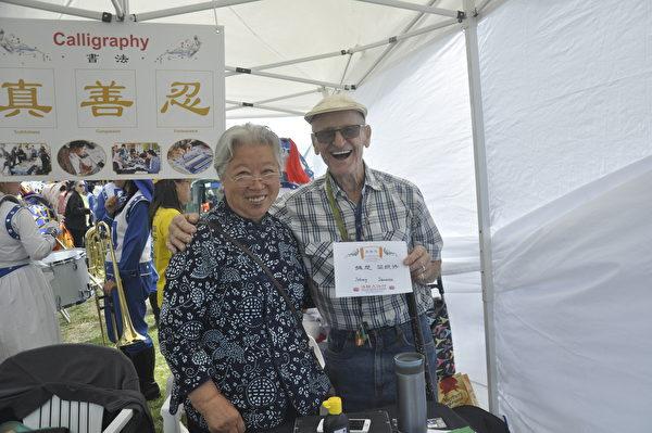 91歲的老者Johnny(右)與法輪功學員書法藝術家(左)合照。(易凡/大紀元)