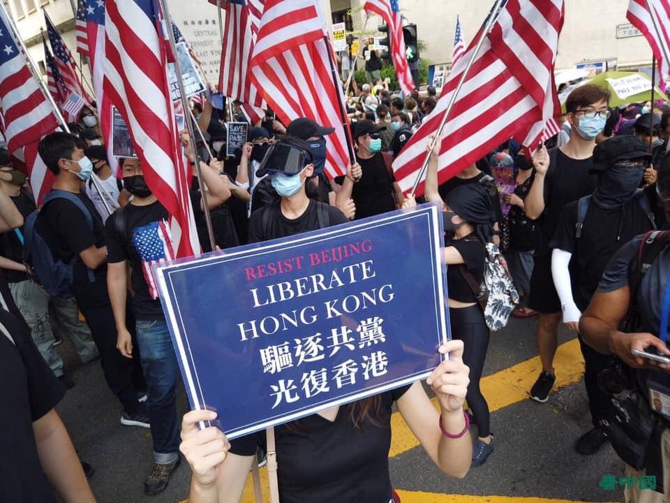 9月8日,港人擠爆遮打花園為香港民主和人權法案祈福,喊出「驅逐共黨,光復香港」。(大紀元)