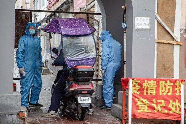 近來,上海、天津、內蒙古等地中共病毒本土疫情再起。圖為2020年5月22日吉林某社區登記身份。(STR/AFP via Getty Images)