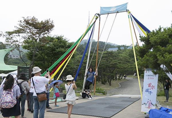 南山谷韓屋村端午祭上的盪鞦韆活動。(全景林/大紀元)