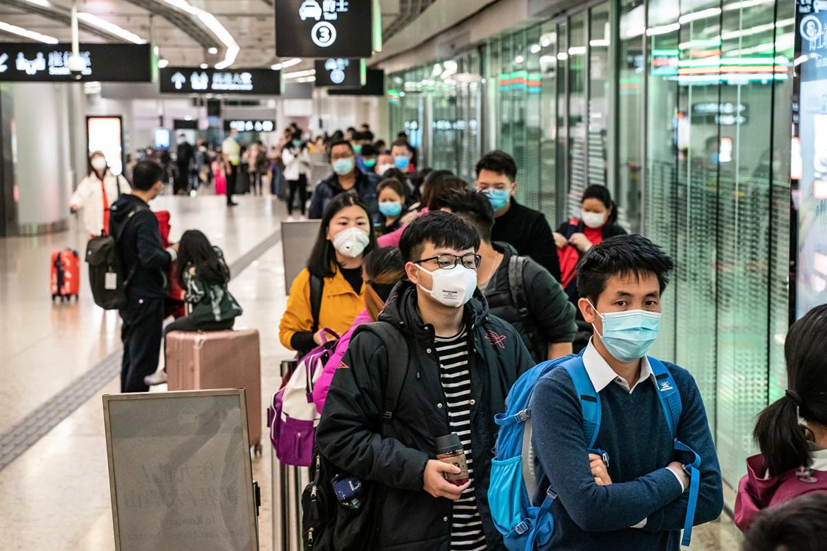 香港1月30日凌晨零時起暫時關閉西九龍高鐵站,不少市民及旅客29日晚趕乘高鐵離港,亦有不少從大陸抵港的市民及旅客,他們大多贊成封關措施。(Anthony Kwan/Getty Images)