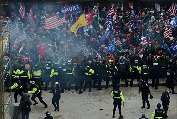 1月6日,抗議者衝擊國會,警察阻擋。(OLIVIER DOULIERY/AFP via Getty Images)
