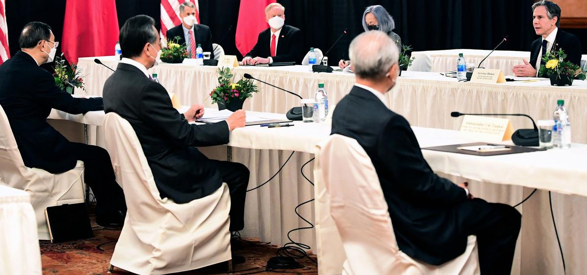 2021年3月18日晚,美中首次高層會談在開場就展開一場激烈舌戰,雙方互相指責,互不相讓,雙方罕見地公開展示美中之間的緊張關係。19日,中美高級官員繼續在阿拉斯加安克雷奇完成本次會談的最後一輪談判。(FREDERIC J. BROWN/POOL/AFP via Getty Images)