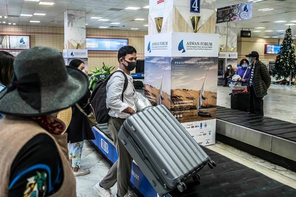 2020年2月2日,埃及阿斯旺國際機場(Aswan International Airport)戴著防護口罩的遊客。(Khaled DESOUKI/AFP)
